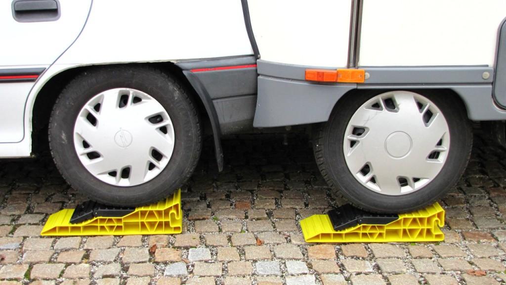 """Sicheres Stehen auf gerader Fläche durch """"Ausgleichsrampe"""" von Froli.de"""