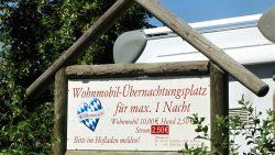 Wohnmobil-Übernachtungsplatz mit E-Anschluss vor dem Arterhof Bad Birnbach